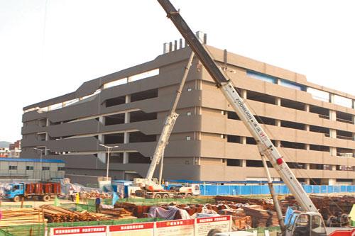 6月22日,长沙汽车西站过渡站场施工现场.   记者  李丹  摄
