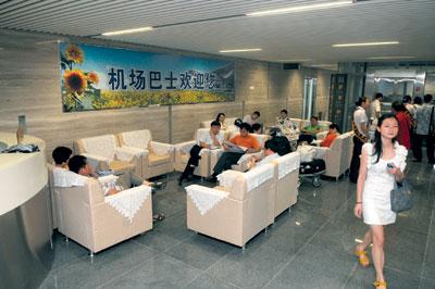 黄花机场新航站楼驶向外地的机场巴士旅客候车室.