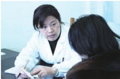 张炯/微创妇科手术援助2000元,让众多女性受益。图为武警湖南省总队...