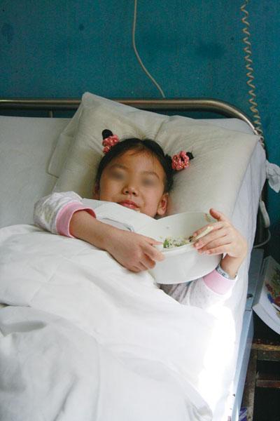 上面有各种简笔画,是她生病后同学送的