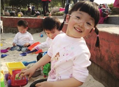 湘江边的小沙滩里,小甜甜和小朋友们欢快地玩着沙子.