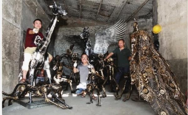 """文银坤等4人制作的钢铁雕塑作品""""欢乐动物"""