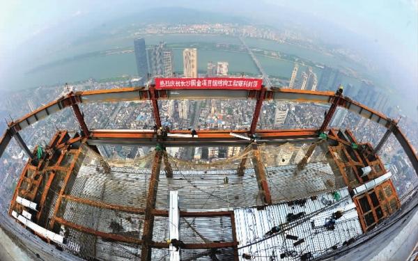 该项目的钢结构工程由中建钢构有限公司于2013年7月