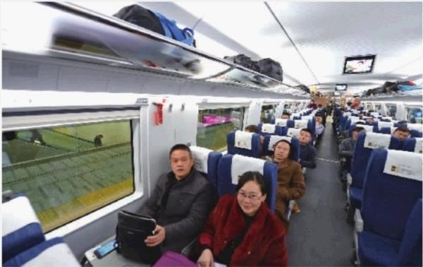 12月28日,沪昆高铁全线贯通,第一趟由长沙开往昆明的G4121次高铁动车开出,6小时7分后准时抵达春城昆明。 记者 徐行 摄 记者 潘显璇 梁兴 通讯员 章秋 张韬 12月28日,被称为中国最美高铁的沪昆高铁全线贯通,长沙至昆明的首趟高铁也于当天发车,不少出差、探亲的湖南人成了见证这一历史时刻的首批乘客,有人还特意退了机票来尝鲜。 沪昆高铁的开通,将彻底激活湖南旅游,据了解,目前我省已在对省内旅游资源进行重新分析、规划,将景点和沪昆高铁紧密联系起来。 长沙到昆明,全程只需6小时7分 12月28日8点半,