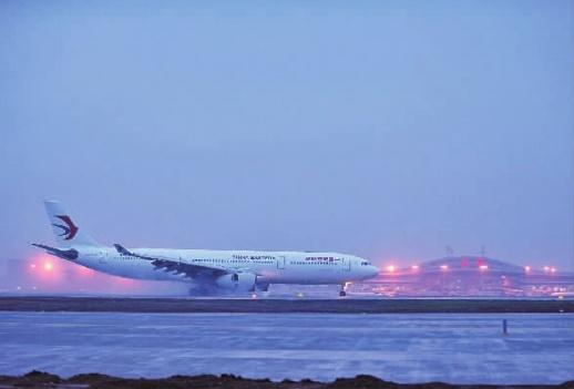 >>A06 3月30日6时40分,一架从韩国仁川机场起飞的空客A330飞机降落在长沙黄花国际机场第二跑道,这是该跑道降落的首趟航班。 记者 童迪 摄