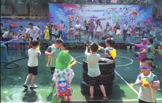 家长和孩子们在幼儿园打水仗