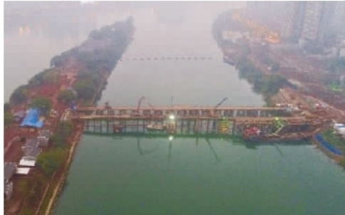 11月20日,衡阳市东洲岛人行廊桥工程项目施工现场灯火通明,目前