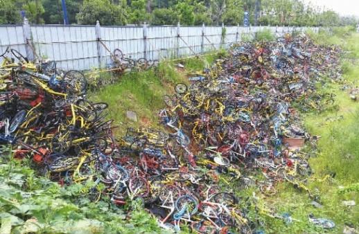 """[长沙] 长沙竹塘西路上千辆共享单车被暴力丢弃成""""坟场"""""""