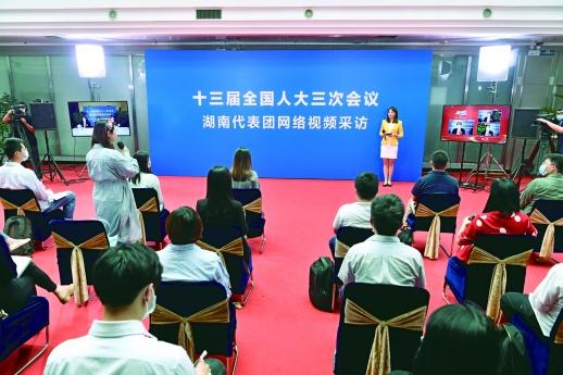 5月27日中午,湖南广播电视台,出席十三届全国人大三次会议的6名湖南代表团代表在北京驻地通过网络视频,在线接受新华社、光明日报、经济日报、湖南日报、湖南卫视、三湘都市报等10多家主流媒体的采访。记者 童迪 摄