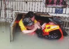 岳阳城区多处内涝,武警�水救人