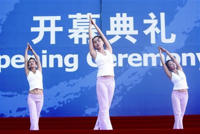 五位身着白色亚麻服的瑜伽美女