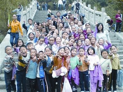 为了拍一张集体照,张淼,刘依然和四年级的同学步行一上午,来到德夯苗图片